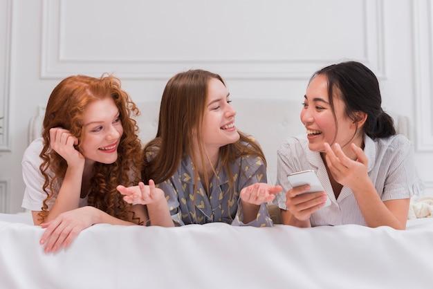 Junge freundinnen, die zusammen nacht verbringen