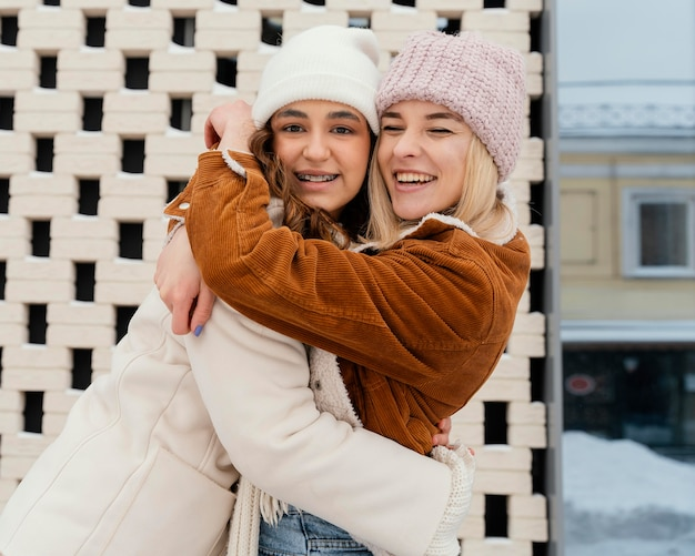 Junge freundinnen im freien umarmen