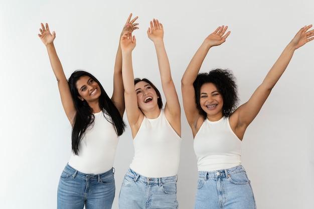 Junge freundinnen mit erhobenen armen