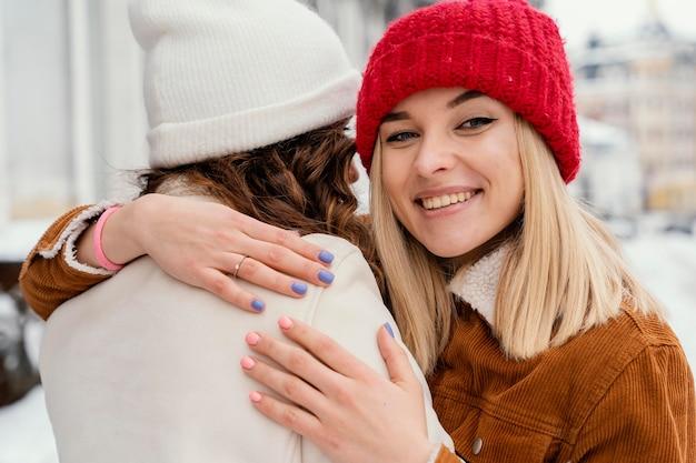 Junge freundinnen umarmen sich