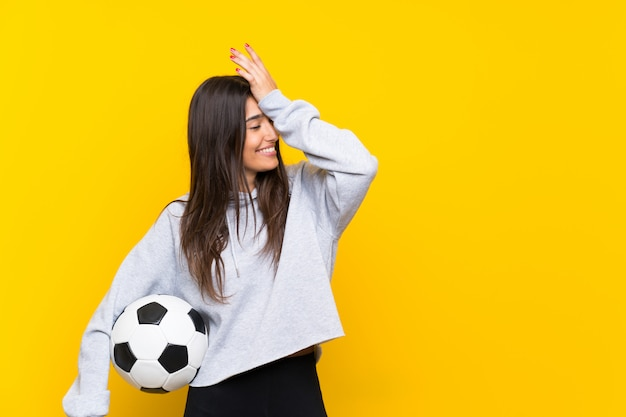 Junge fußballspielerfrau hat etwas verwirklicht und die lösung beabsichtigt