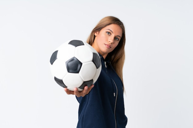 Junge fußballspielerfrau über lokalisiertem weißem hintergrund