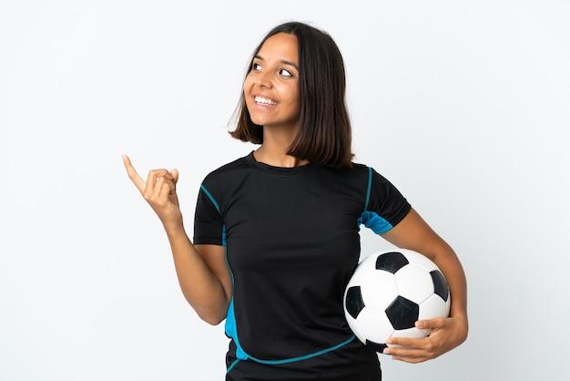 Junge fußballspielerin lokalisiert auf weiß, die beabsichtigt, die lösung zu realisieren, während sie einen finger anhebt
