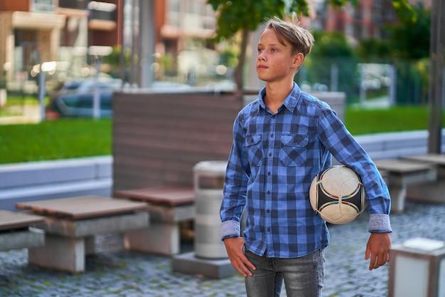 Junge geht in die schule fußball spielen