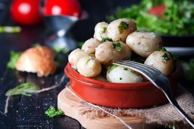 Junge gekochte kartoffeln