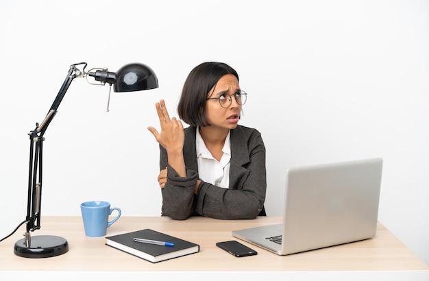 Junge, gemischte geschäftsfrau, die im büro mit problemen arbeitet, selbstmordgeste zu machen?