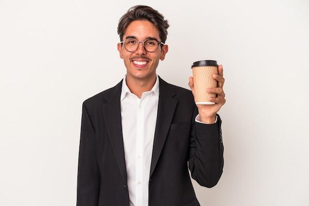 Junge gemischte rennen geschäftsmann hält kaffee zum mitnehmen isoliert auf weißem hintergrund glücklich, lächelnd und fröhlich.
