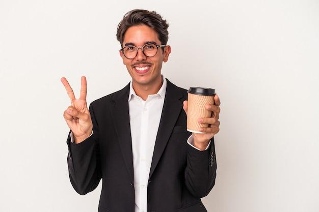 Junge gemischte rennen geschäftsmann hält kaffee zum mitnehmen isoliert auf weißem hintergrund zeigt nummer zwei mit den fingern.