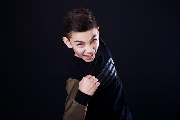 Junge genießt zu gewinnen