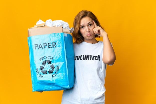 Junge georgianische frau, die einen recyclingbeutel voll papier hält, um das denken einer idee zu recyceln