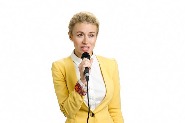 Junge geschäftsfrau, die am mikrofon spricht