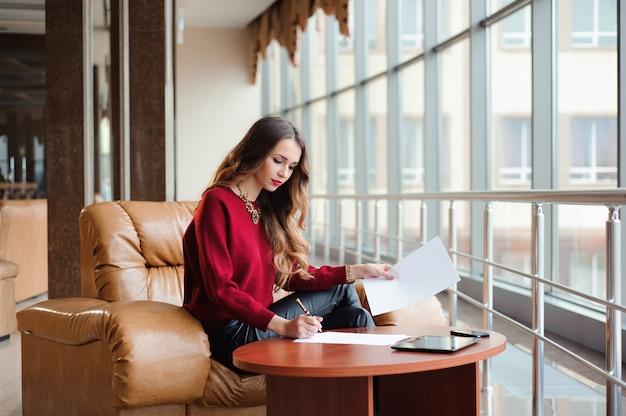 Junge geschäftsfrau, die an laptop beim warten auf ihren flig arbeitet