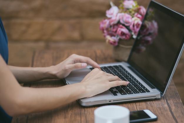 Junge geschäftsfrau, die an laptop-computer arbeitet