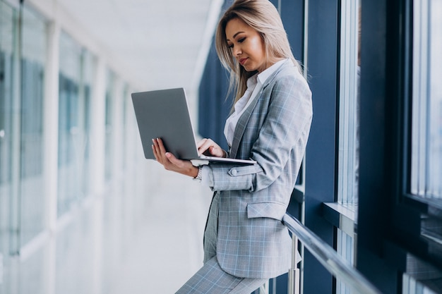 Junge geschäftsfrau, die an laptop in einem computer arbeitet