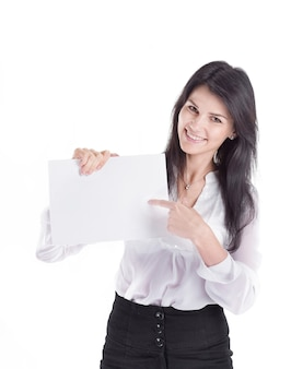 Junge geschäftsfrau, die auf ein leeres blatt papier zeigt. isoliert auf weißem hintergrund