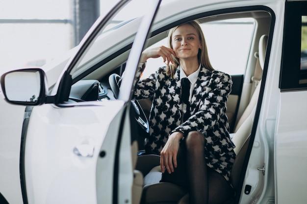 Junge geschäftsfrau, die ein auto wählt