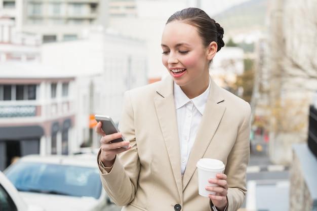 Junge geschäftsfrau, die einen text sendet