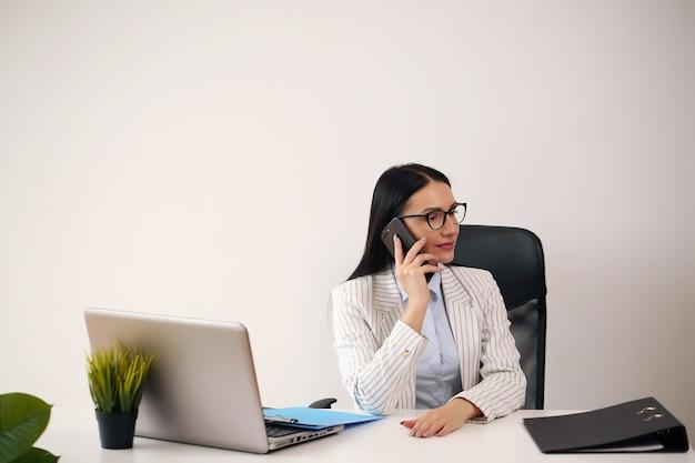 Junge geschäftsfrau, die im büro arbeitet