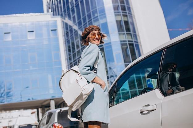 Junge geschäftsfrau, die mit elektroauto reist