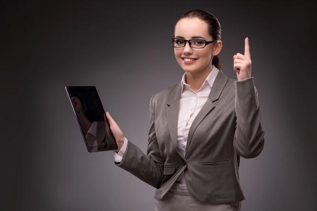 Junge geschäftsfrau, die mit tablet-computer arbeitet