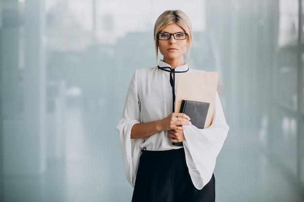Junge geschäftsfrau im noblen outfit im büro