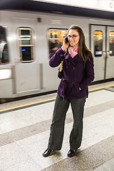 Junge geschäftsfrau in der metro