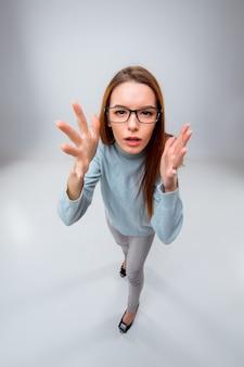 Junge geschäftsfrau in gläsern