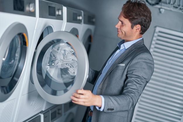 Junge geschäftsfrau in waschküche