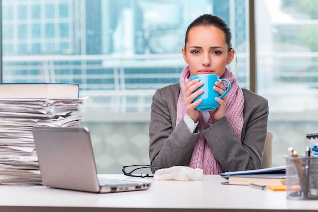 Junge geschäftsfrau krank im büro