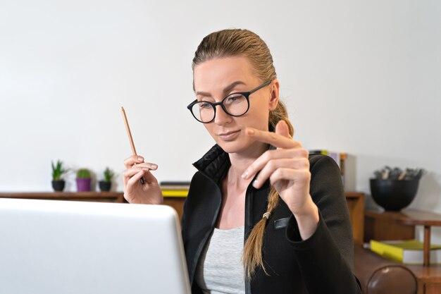 Junge geschäftsfrau lehrertrainer, der laptop-computergespräch durch webcam anruft