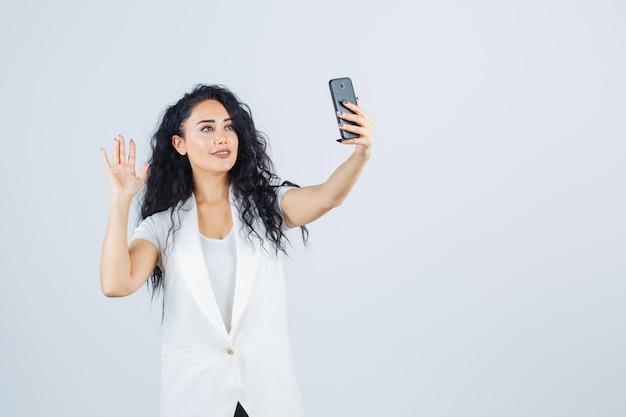 Junge geschäftsfrau macht ein selfie