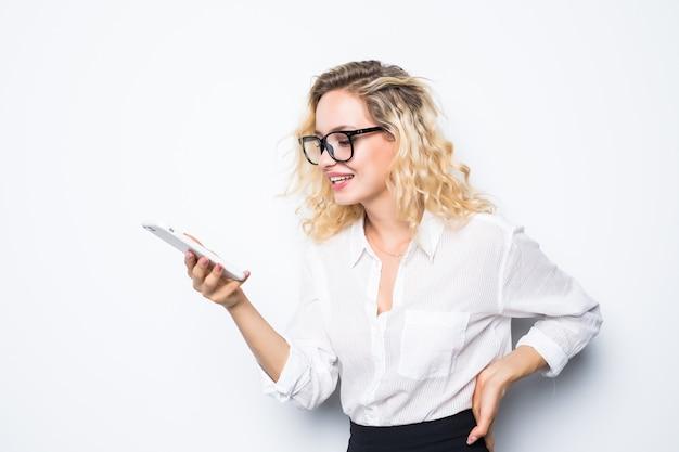 Junge geschäftsfrau mit brille wütend am telefon, isoliert an der wand