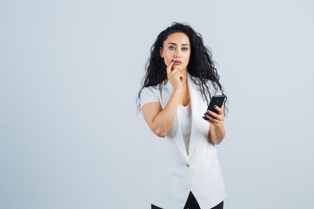 Junge geschäftsfrau mit einem telefon