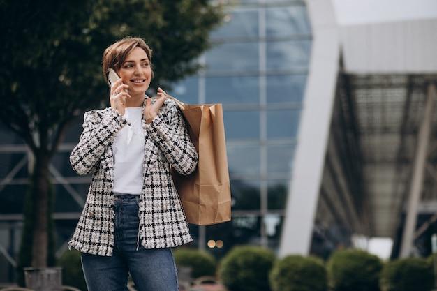 Junge geschäftsfrau mit einkaufstasche