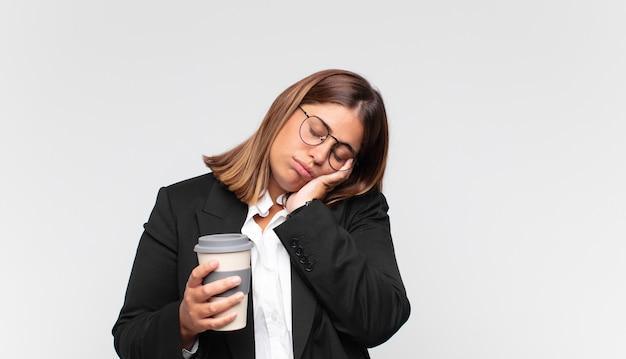 Junge geschäftsfrau mit kaffee langweilt sich