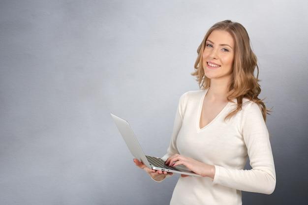 Junge geschäftsfrau mit laptop