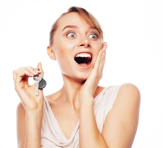 Junge geschäftsfrau mit schlüssel
