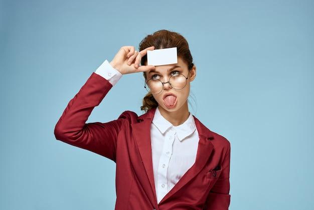 Junge geschäftsfrau mit visitenkarten in der hand, verspotten