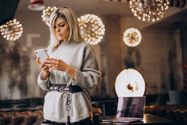 Junge geschäftsfrau telefoniert in einem café