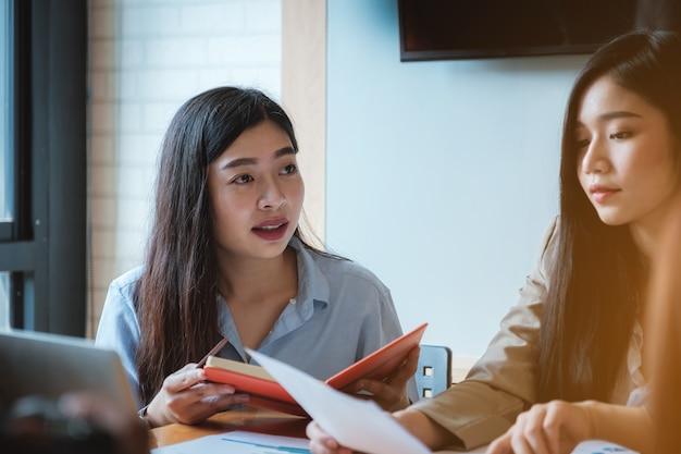 Junge geschäftsfrauen besprechen die diagrammstrategie und den finanzplan