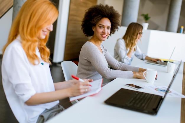 Junge geschäftsfrauen, die im büro arbeiten