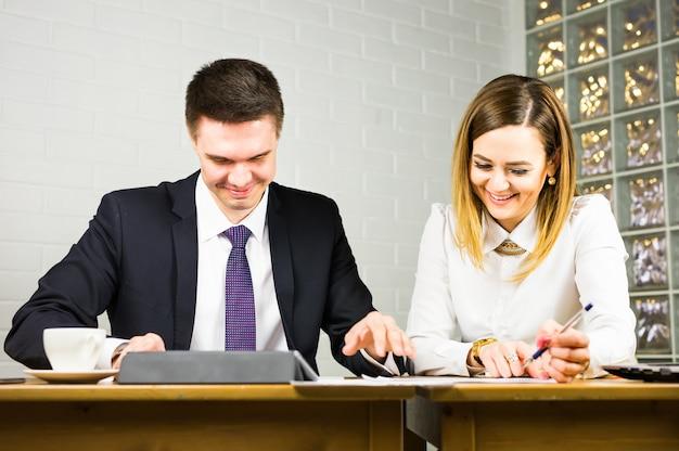 Junge geschäftskollegen diskutieren über die arbeit an einem laptop im co-working-space, geschäftsleute aus unternehmen