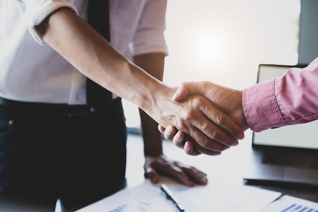 Junge geschäftsleute arbeiten mit partnern zusammen, um ihr unternehmensinvestitionsnetzwerk zu erweitern