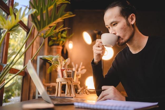 Junge geschäftsleute, die in cafés arbeiten, arbeiten mit computer-laptop-technologie, professionelle arbeiter mit modernem lebensstil über online-cyberspace-kommunikation online-büro