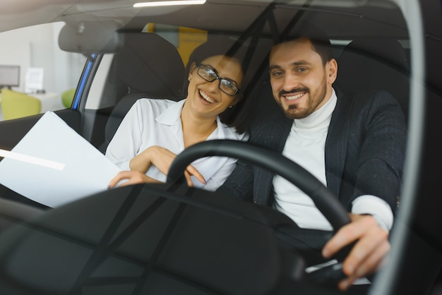 Junge geschäftsleute, die zusammenarbeiten, während sie mit dem auto reisen.