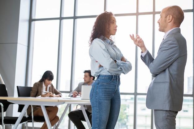 Junge geschäftsleute diskutieren und brainstormen in einem modernen büro