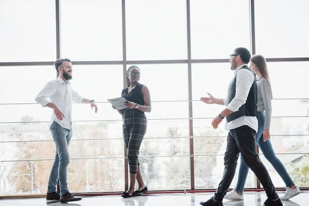Junge geschäftsleute diskutieren während eines meetings im büro gemeinsam über neue kreative ideen
