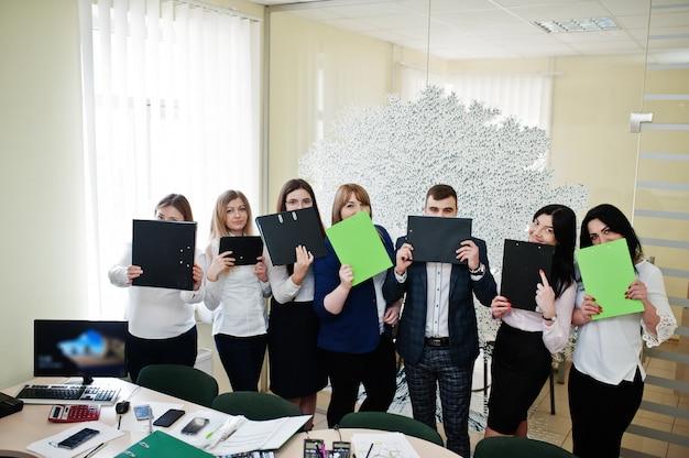 Junge geschäftsleute gruppe von bankangestellten mit zwischenablagen haben treffen und arbeiten in modernen büro.