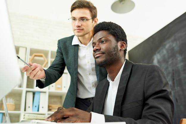 Junge geschäftsleute planen startup
