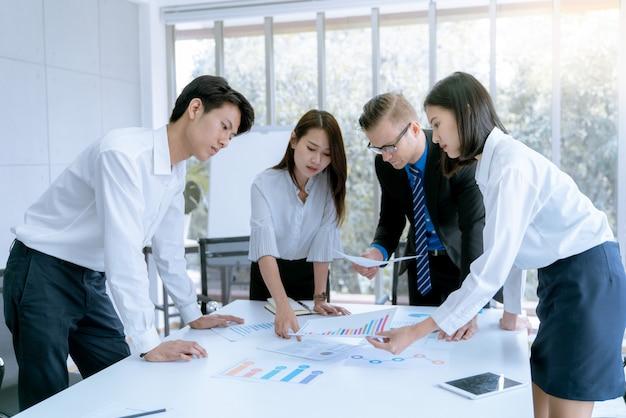 Junge geschäftsleute werden dem kunden im besprechungszimmerbüro als marketingprojekt vorgestellt